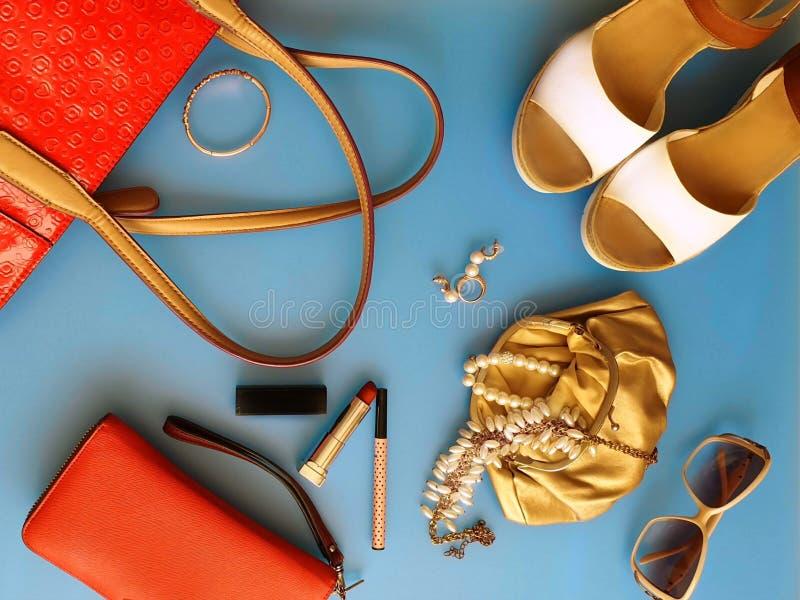 As mulheres formam às sandálias brancas Ring Earring do verão dos acessórios o chapéu vermelho da bolsa o pi branco da forma da c fotos de stock royalty free