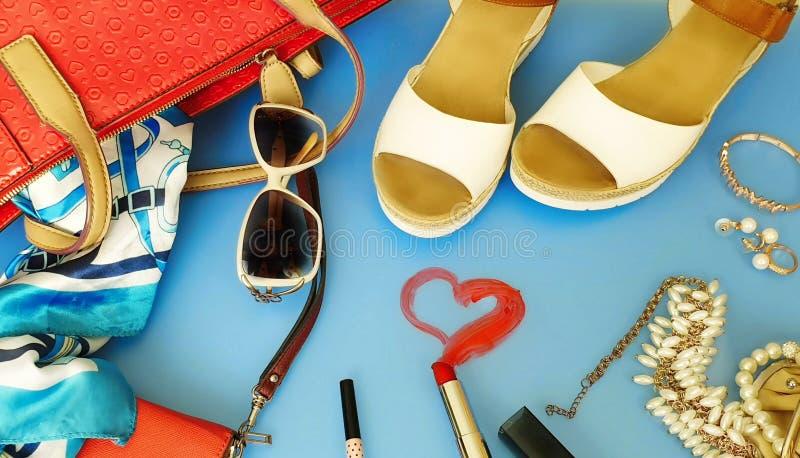As mulheres formam às sandálias brancas Ring Earring do verão dos acessórios o chapéu vermelho da bolsa o pi branco da forma da c fotografia de stock royalty free