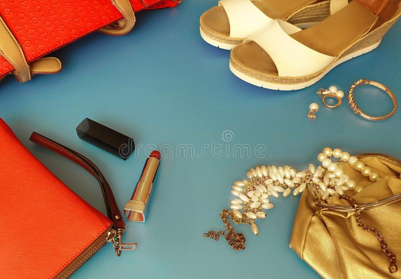 As mulheres formam às sandálias brancas Ring Earring do verão dos acessórios o chapéu vermelho da bolsa o pi branco da forma da c imagens de stock