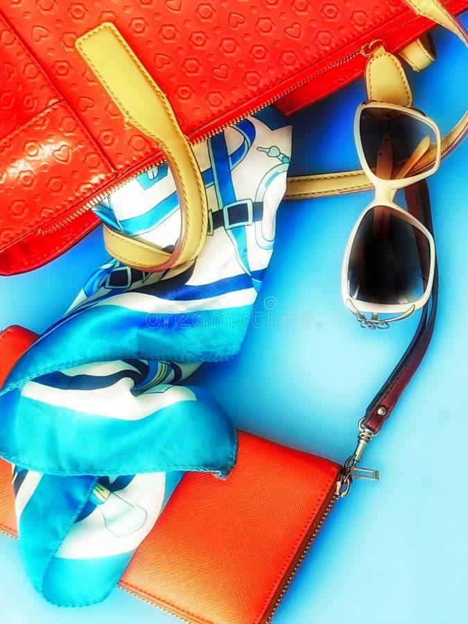 As mulheres formam às sandálias brancas Ring Earring do verão dos acessórios o chapéu vermelho da bolsa o pi branco da forma da c foto de stock