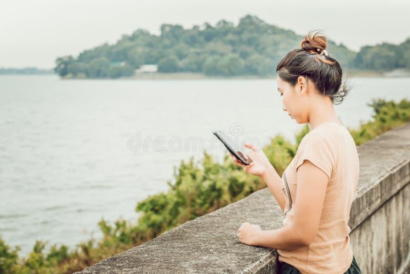 As mulheres guardam o telefone celular para a mensagem e o e-mail da verificação imagem de stock royalty free