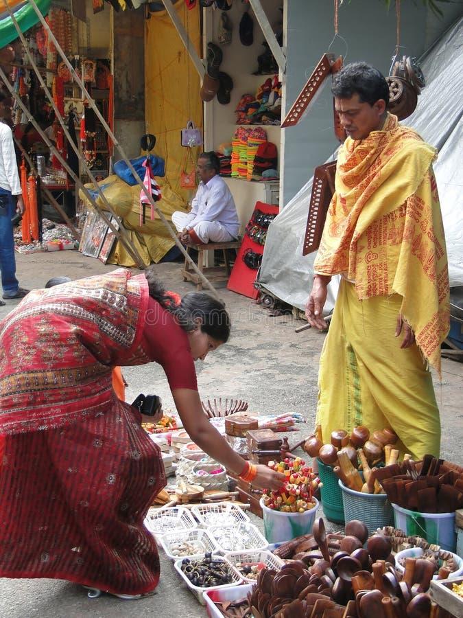 As mulheres Hindu consultam o mercado fotografia de stock