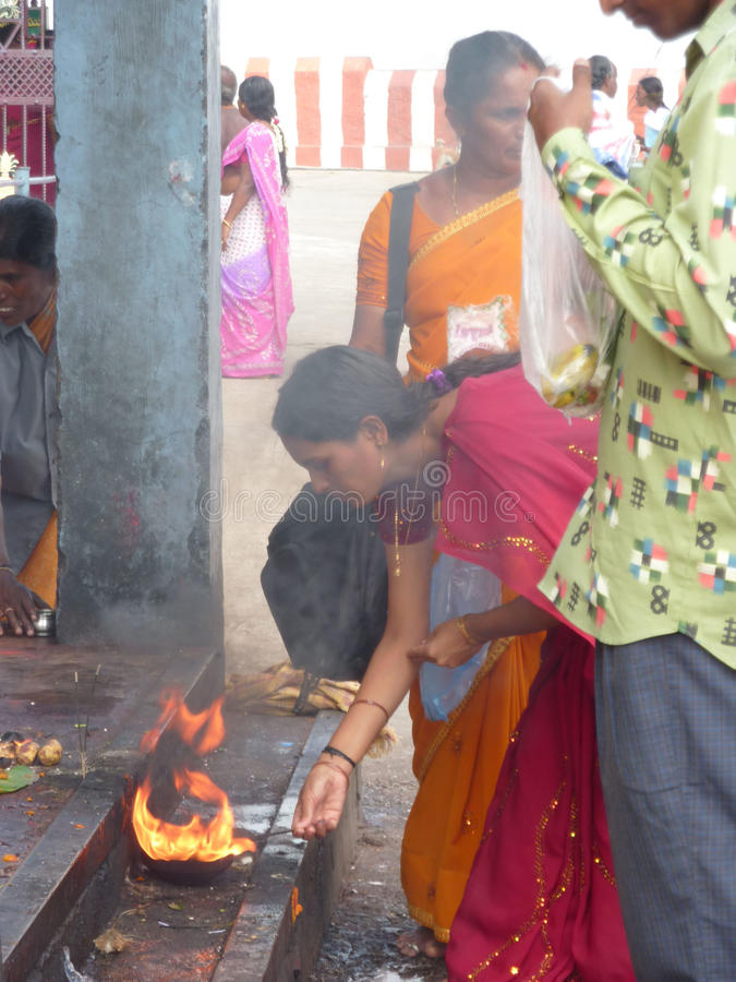 As mulheres Hindu fazem o oferecimento do puja imagens de stock royalty free
