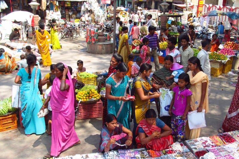 As mulheres hindu vestiram-se no sari colorido no mercado de rua indiano foto de stock