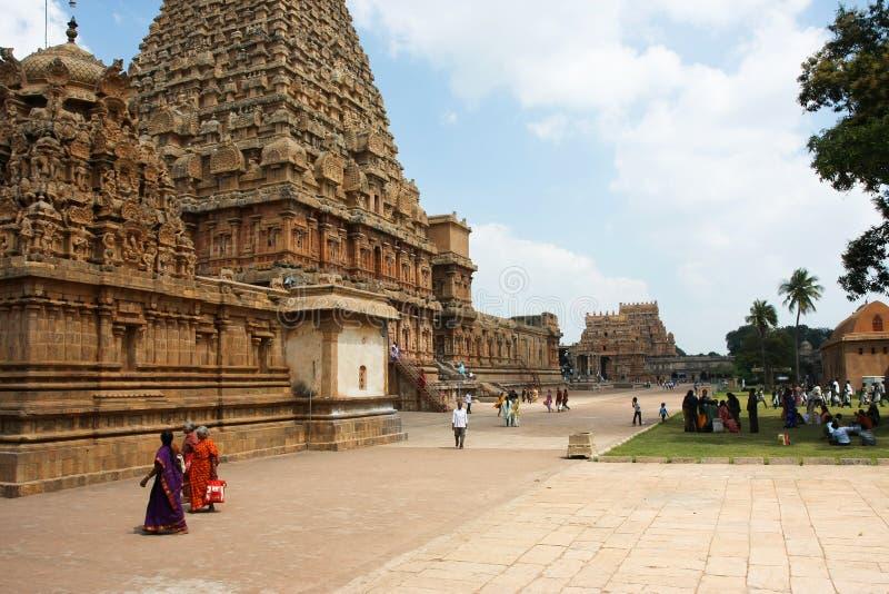 As mulheres indianas apressam-se perto do templo em India imagem de stock