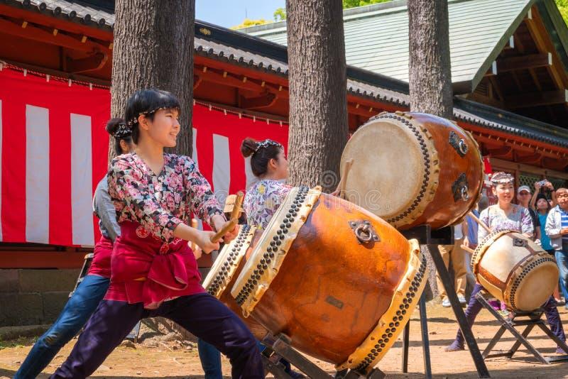As mulheres japonesas executam o cilindro de Taiko em Bunkyo Azalea Festival Tsutsuji Matsuri no santuário de Nezu imagens de stock