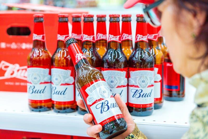 As mulheres maduras bonitas escolhem a cerveja em um grande supermercado imagem de stock royalty free