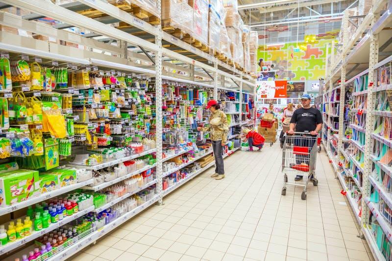 As mulheres maduras bonitas estão escolhendo materiais de escritório em um grande supermercado fotos de stock