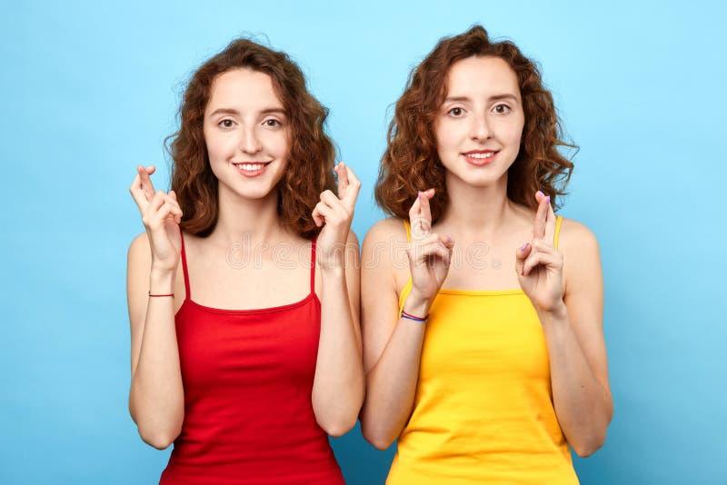As mulheres morenos encantadores felizes vestem partes superiores querem ter cinco maks em exames imagens de stock