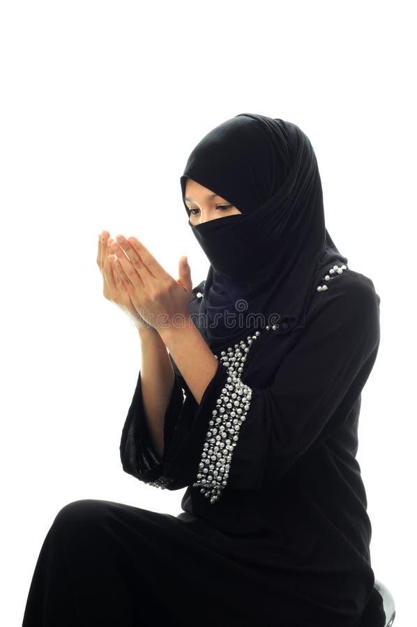 As mulheres muçulmanas pray a vista para baixo do lado imagem de stock