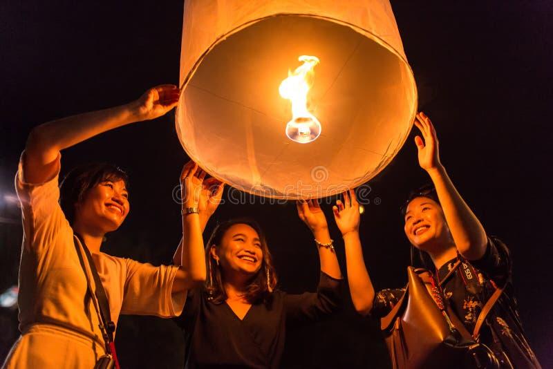 As mulheres não identificadas liberam Khom Loi, as lanternas do céu durante o festival de Yi Peng ou de Loi Krathong em Chiang Ma foto de stock