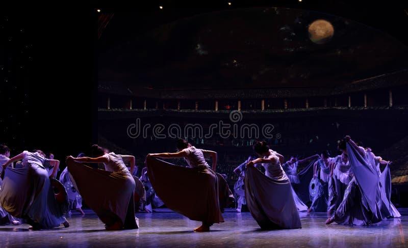 As mulheres no Hakka encerraram a dança popular popular da casa 1-Chinese foto de stock