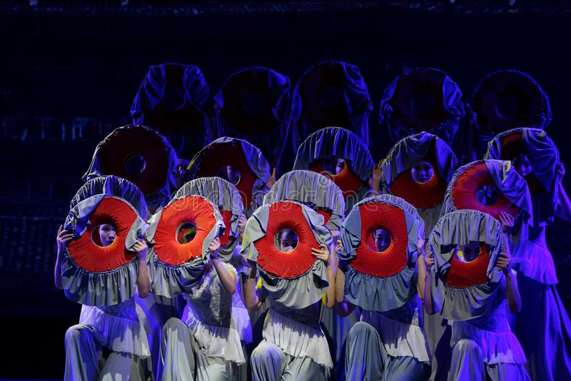 As mulheres no Hakka encerraram a dança popular popular da casa 2-Chinese foto de stock