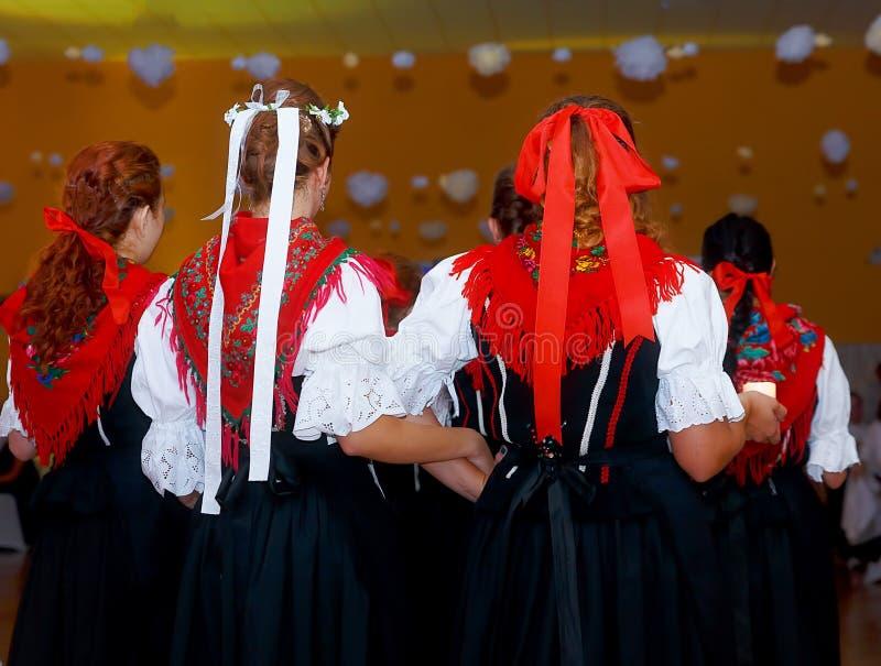 As mulheres novas da dança em povos tradicionais vestem-se na cerimônia da festa do casamento fotos de stock