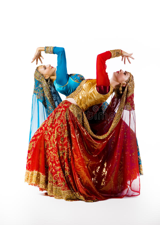 As mulheres novas dançam a dança indiana imagem de stock