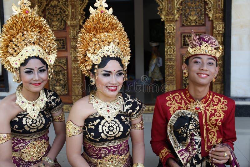 As mulheres novas do Balinese e um homem decoraram devido à cerimônia de Potong Gigi - dentes do corte, ilha de Bali, Indonésia imagens de stock