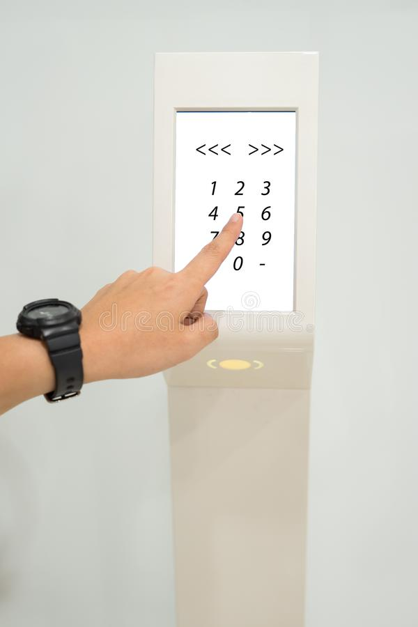 As mulheres pressionam o número no controle de acesso para destravar o assoalho do elevador e para escolher o assoalho foto de stock royalty free