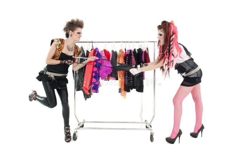 As mulheres punk que puxam o vestido na frente da roupa submetem sobre o fundo branco foto de stock royalty free
