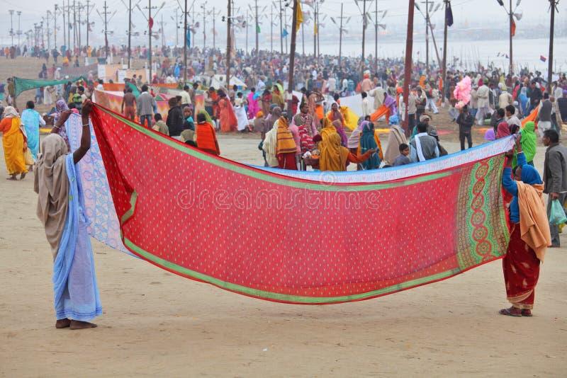 As mulheres puseram seu sari para fora para secar no vento após o banho santamente ritual no Ganges River fotos de stock