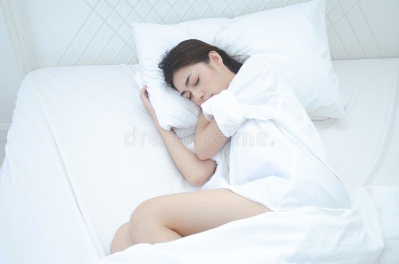As mulheres que vestem os pijamas brancos estão descansando fotos de stock royalty free