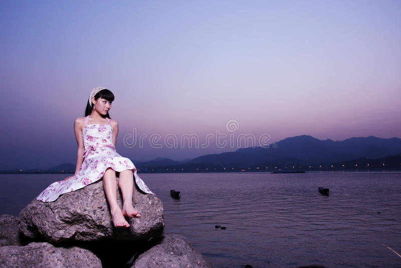 As mulheres relaxam na rocha fotografia de stock