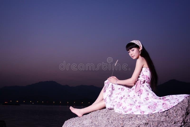 As mulheres relaxam na rocha foto de stock royalty free