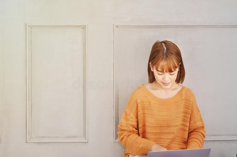 As mulheres são livros de leitura na sala imagem de stock royalty free