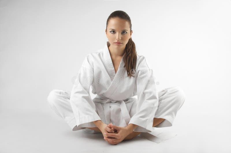 As mulheres 'sexy' novas atrativas em um karaté levantam foto de stock royalty free