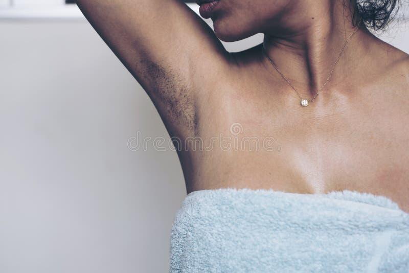 As mulheres têm o lote do preto peludo das axila e por muito tempo imagem de stock