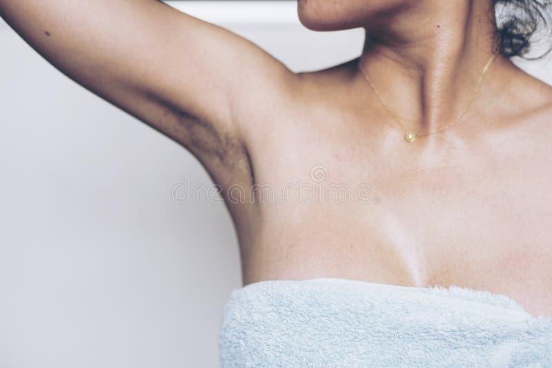 As mulheres têm o lote do preto peludo das axila e por muito tempo fotos de stock