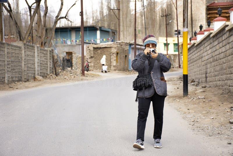 As mulheres tailandesas dos viajantes viajarem visita e curso na vila de Leh Ladakh no vale Himalaia em Jammu e Caxemira, inverno imagem de stock royalty free