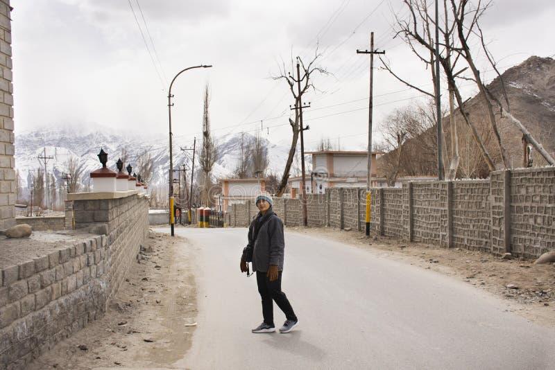 As mulheres tailandesas viajam visita e curso na viagem do ladakh de Leh na vila de Leh Ladakh no vale Himalaia em Jammu e Caxemi imagens de stock
