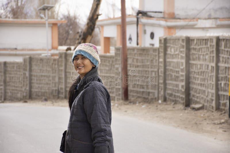 As mulheres tailandesas viajam visita e curso na viagem do ladakh de Leh na vila de Leh Ladakh no vale Himalaia em Jammu e Caxemi imagem de stock royalty free