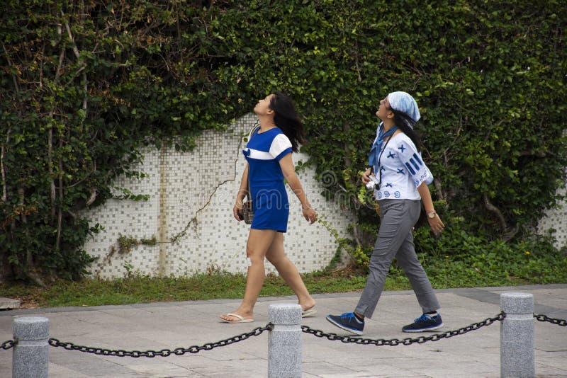 As mulheres tailandesas visitam o curso e o passeio para relaxar no jardim no parque de Zhongshan na cidade de Shantou ou na cida imagens de stock