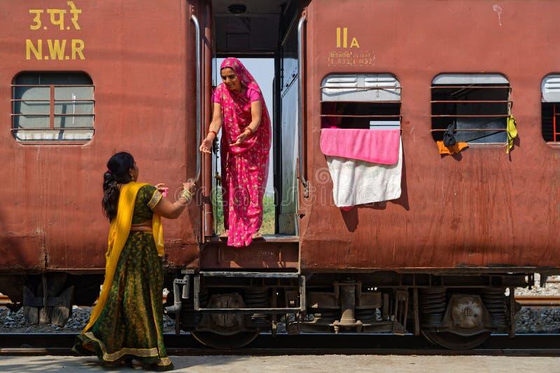 As mulheres tomam o chá no trem fotografia de stock