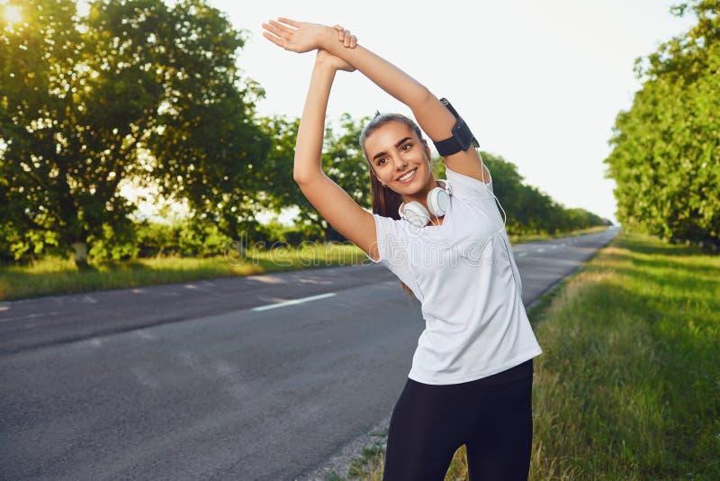As mulheres uma ativas aquecem-se antes de um exercício da manhã fotografia de stock
