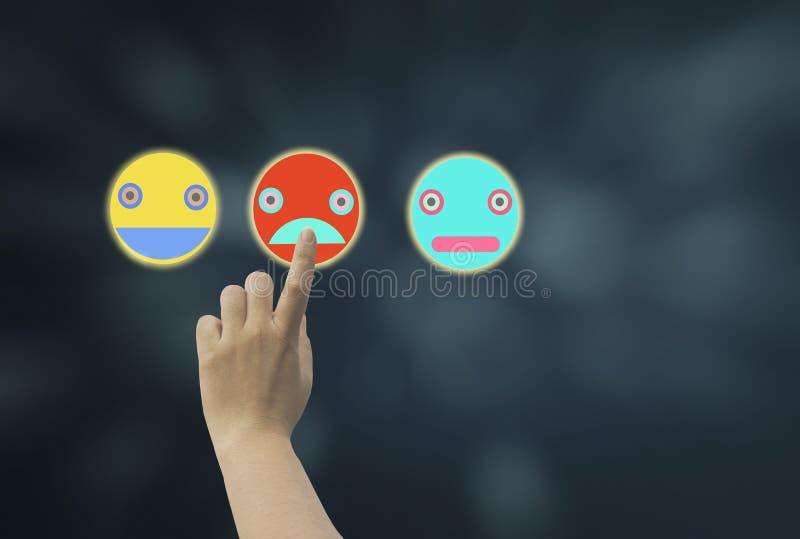 As mulheres usam o emoji médio do ícone da tela do toque do dedo que mostra várias emoções e que sente em escuro - o fundo azul d fotografia de stock royalty free