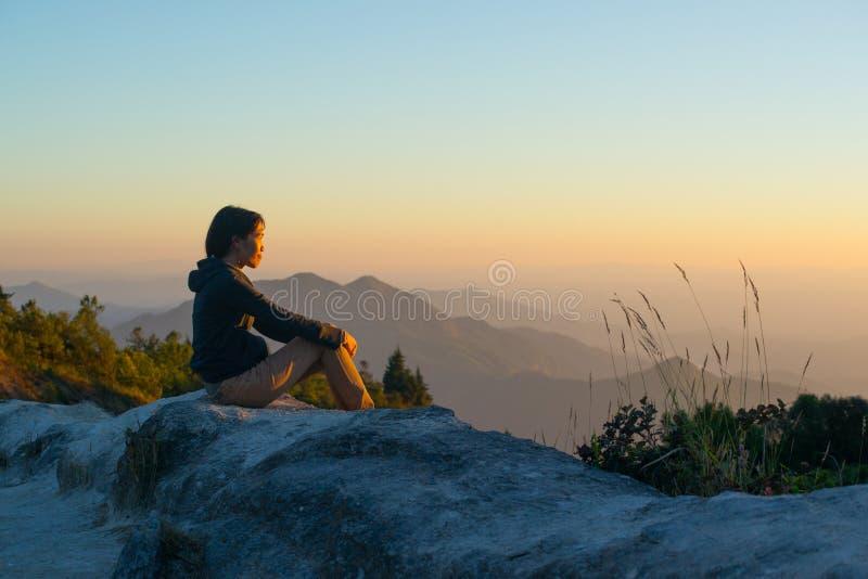 As mulheres veem a luz do por do sol imagens de stock royalty free