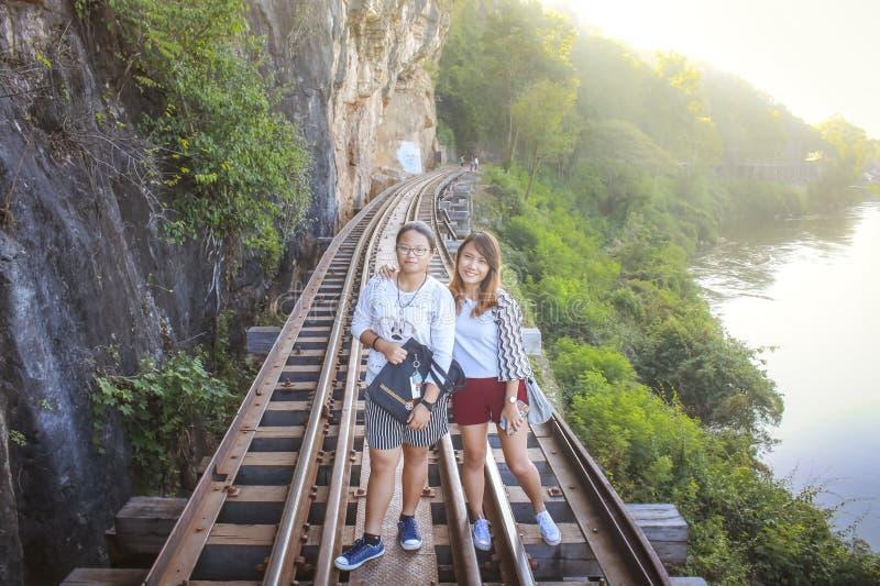 As mulheres visitam a guerra mundial histórica Railway 2 da morte imagem de stock