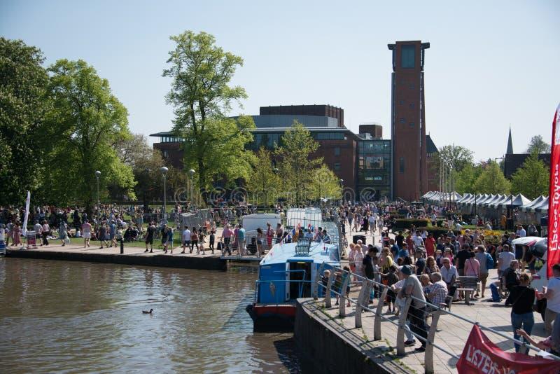 As multidões de povos estiveram na frente do teatro real de Shakespeare em Stratford Upon Avon imagens de stock