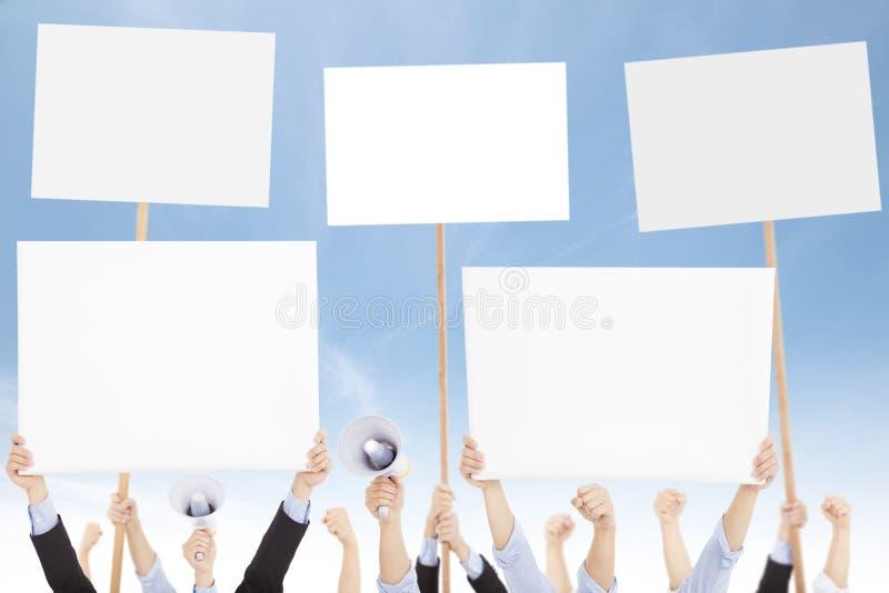 As multidões de povos protestaram contra o social ou o tema político foto de stock