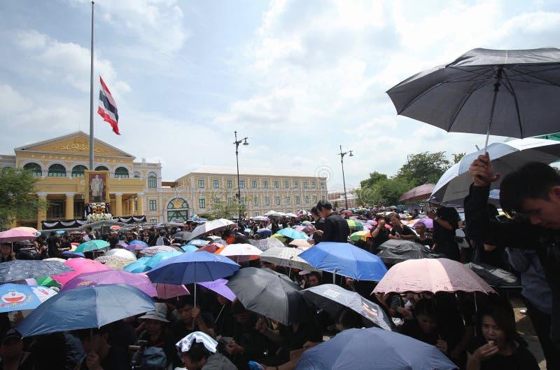 As multidões de povos tailandeses vêm cantando ao hino seu rei Bhumibol da majestade em Sanam Luang de Royal Palace fotografia de stock