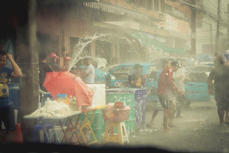 As multidões estão jogando a água do respingo no dia de Songkran de Tailândia fotografia de stock royalty free