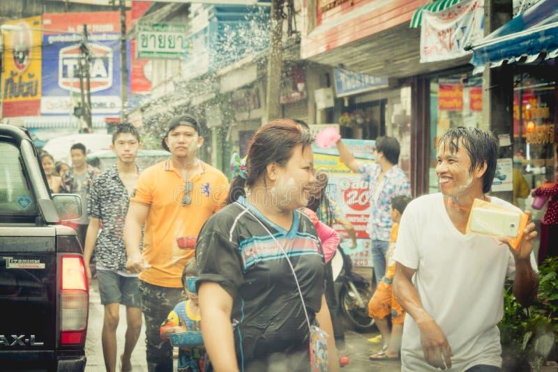 As multidões estão jogando a água do respingo no dia de Songkran de Tailândia fotos de stock