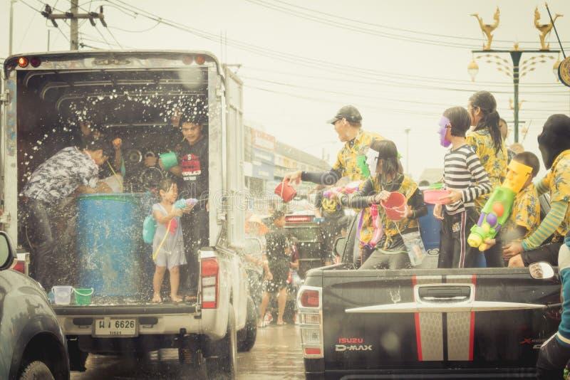 As multidões estão jogando a água do respingo no dia de Songkran de Tailândia imagem de stock royalty free