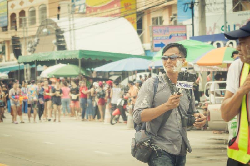 As multidões estão jogando a água do respingo no dia de Songkran de Tailândia foto de stock