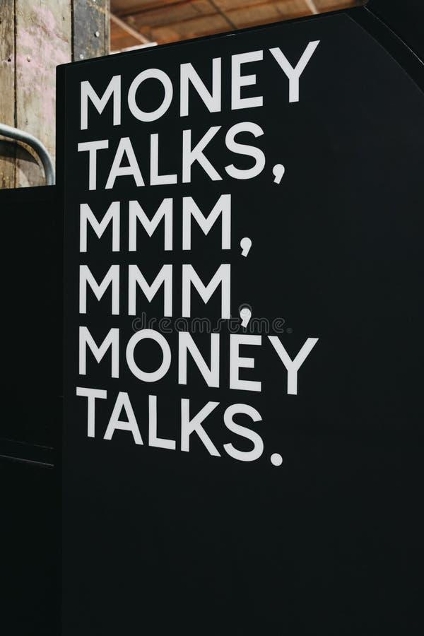 As negociações do dinheiro citam o texto branco em uma placa preta imagens de stock