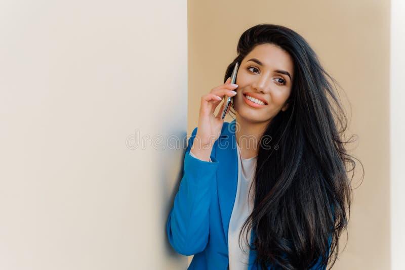 As negociações novas felizes de estudante fêmea através do telefone celular após o exame, compartilham de seu sucesso O empresári foto de stock