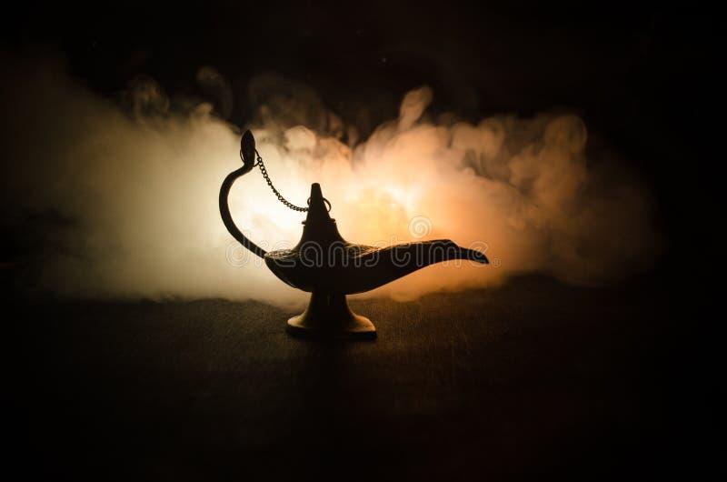 As noites árabes antigas denominam a lâmpada de óleo com fumo branco da luz suave, fundo escuro Lâmpada do conceito dos desejos t fotos de stock