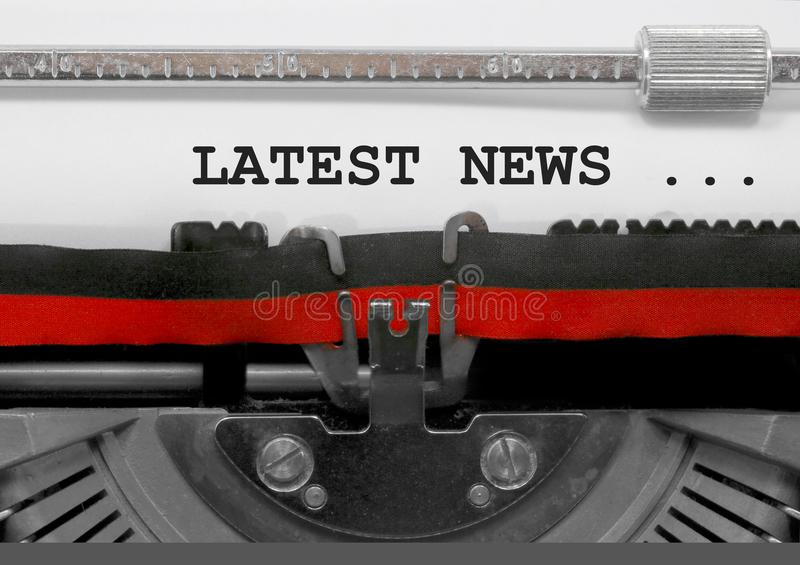 As notícias as mais atrasadas text pela máquina de escrever velha no Livro Branco fotografia de stock royalty free